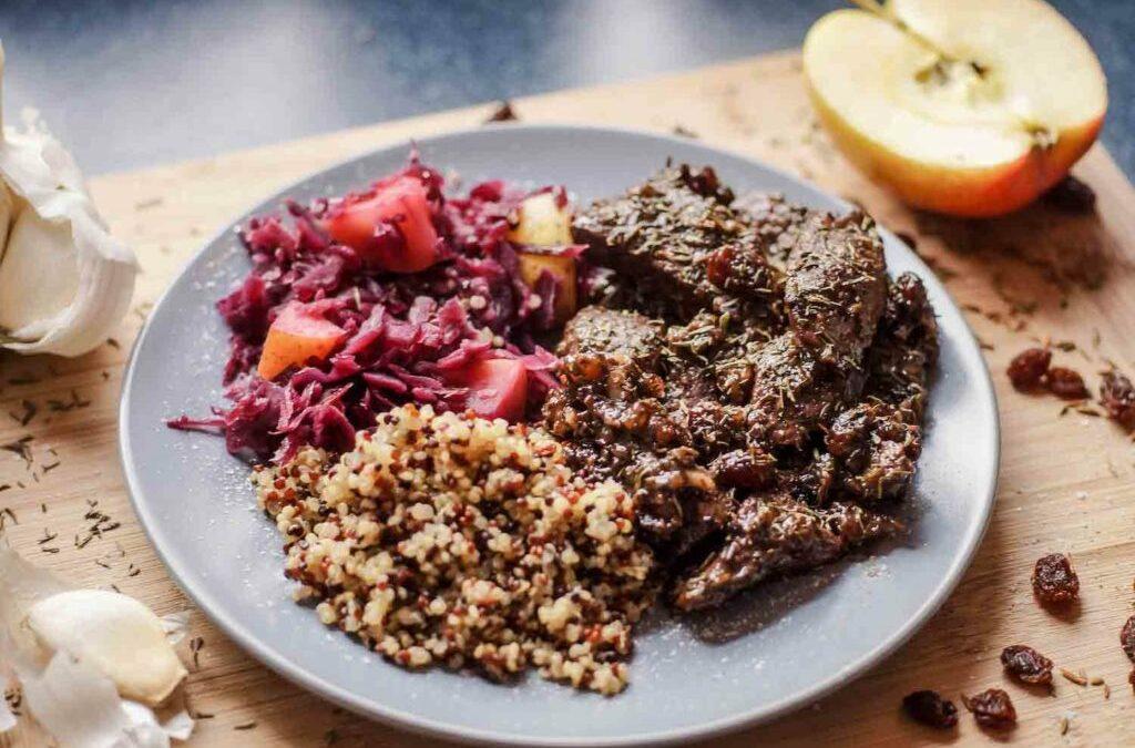 Damhirschgulasch mit Rotkraut und Quinoa